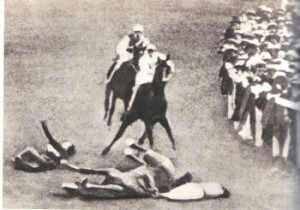 Clamorosa scena reale, dell'incidente voluto che causò la morte di Emily Davison, che si fece travolgere dal fantino del re