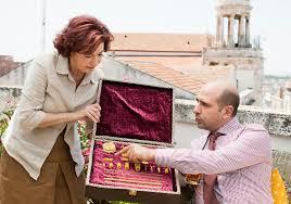 Checco nel pieno della sua felicità impiegatizia sceglie la pasta sul campionario mostrato dalla madre