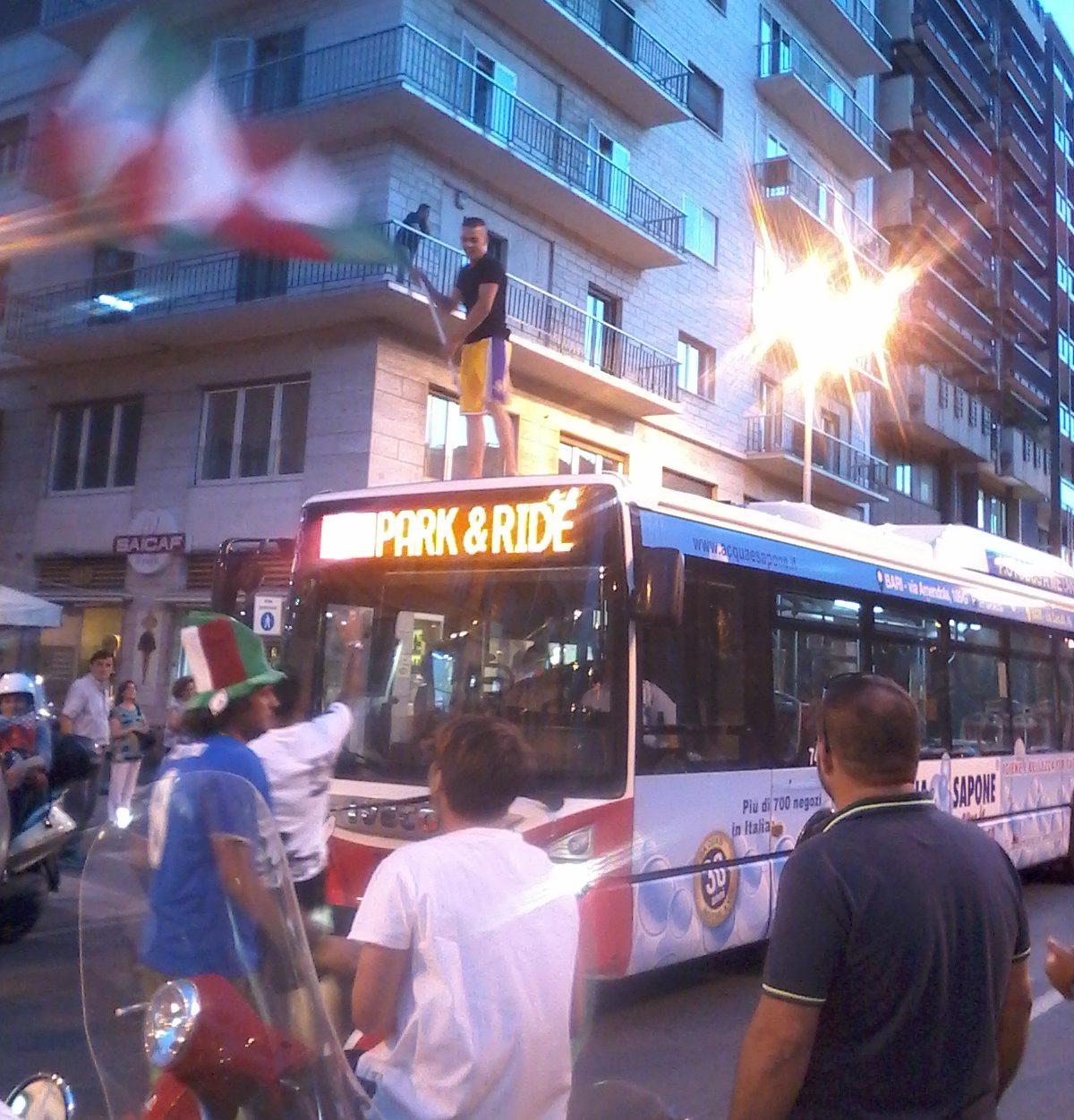 Tifoso festeggia sopra il Bus
