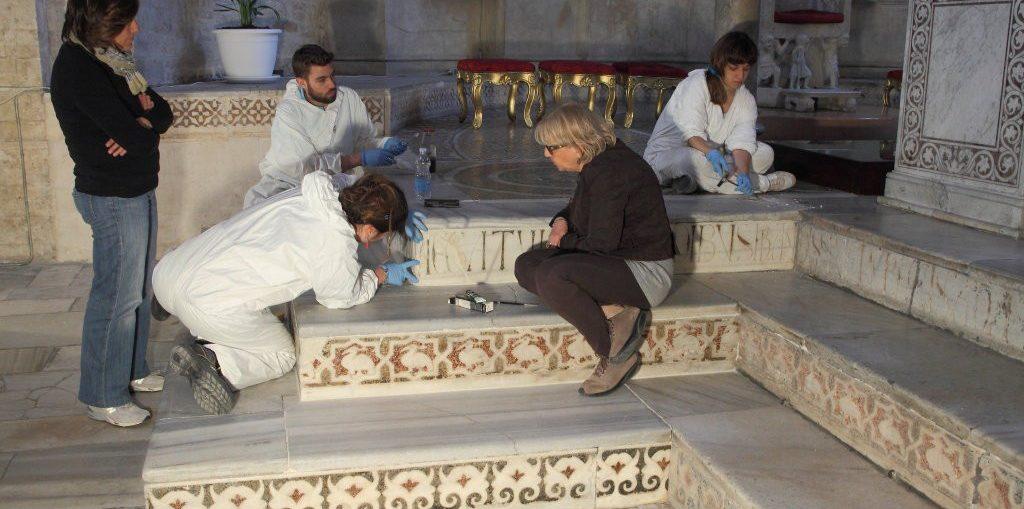 studenti consegnano a San Nicola il restauro dell'altare