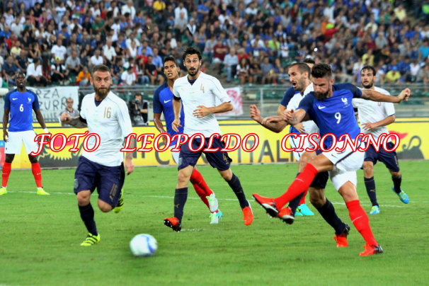 Giroud tira da posizione angolata per la seconda rete francese, sorprendendo Buffon