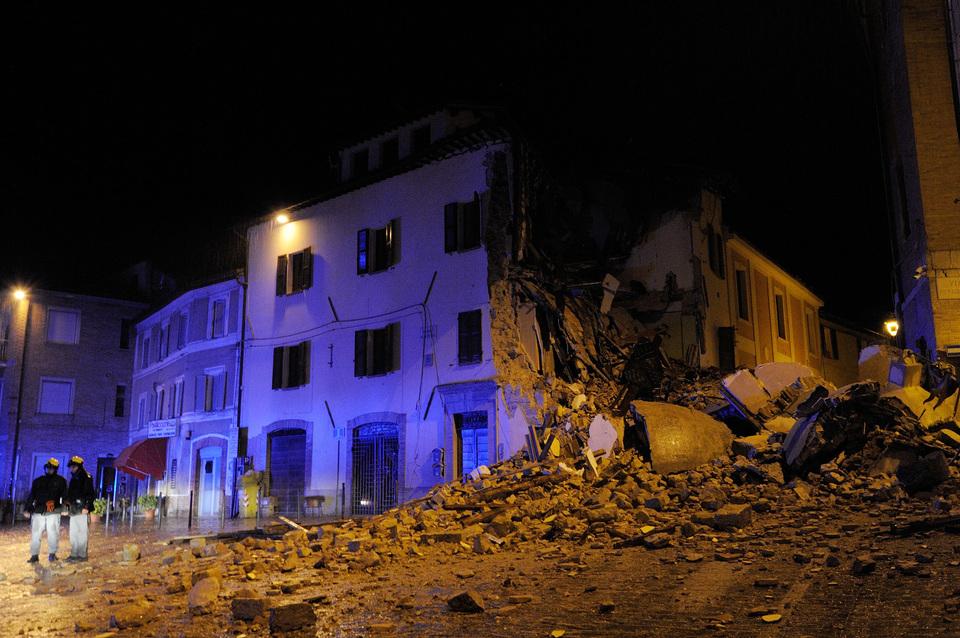 Camerino-crollo-del-campanile-su-una-palazzina-di-Santa-Maria-in-Via