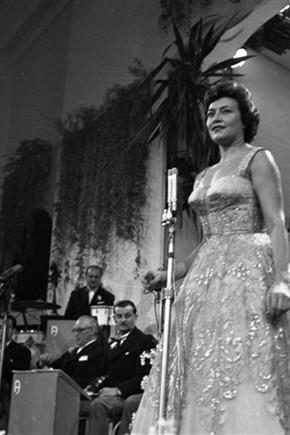 """Nilla Pizzi- Sanremo 1951- Cantava """"Grazie dei fiori"""""""