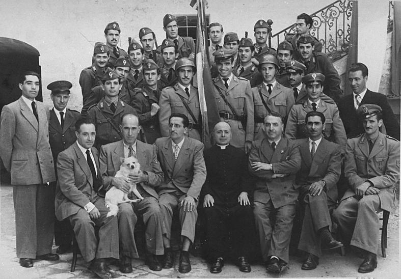 Festa-della-Polizia-del-1949.-Il-commissario-Magrone-è-il-terzo-da-sinistra-nella-fila-in-basso.-Foto-Mazzarella.jpg