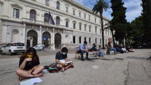 Bari-protesta per la riapertura biblioteche